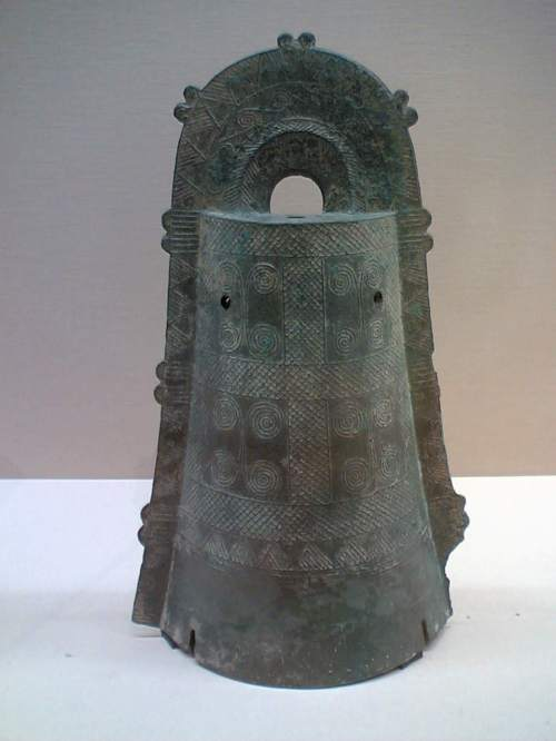 Bronze bell from Uzumoridai, Kobe city (Photographed at the Tokyo National Museum)