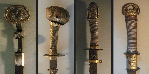 Kofun period swords (view of hilts) from Metropolitan Museum Photo: Wikimedia Commons