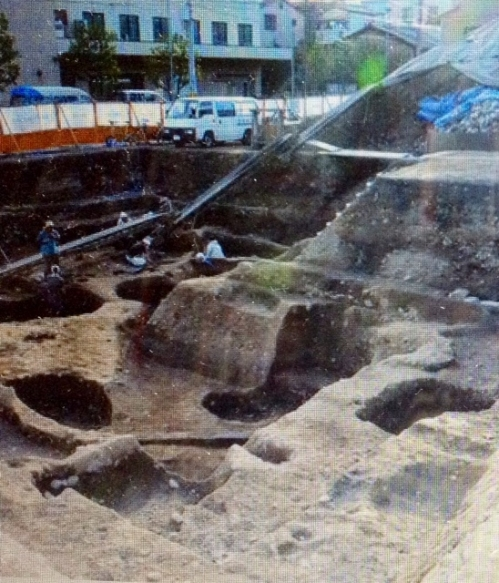 The remains of a ditch, believed to have served as a canal to convey materials when building the Heiankyo, are uncovered in Kyoto's Kamigyo Ward. (Noboru Tomura)
