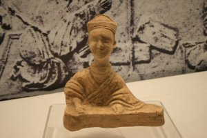 A ceramic figurine of a guqin player, from the Pengshan Tomb of Sichuan, dated Eastern Han Dynasty (25-220 AD)